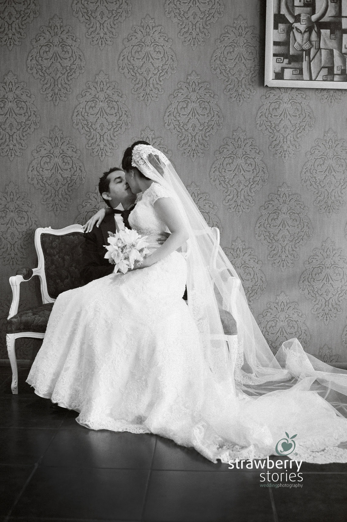 El novio y la novia dando un beso, fotografia de boda artistica de Denisse y Emilio en Aguascalientes