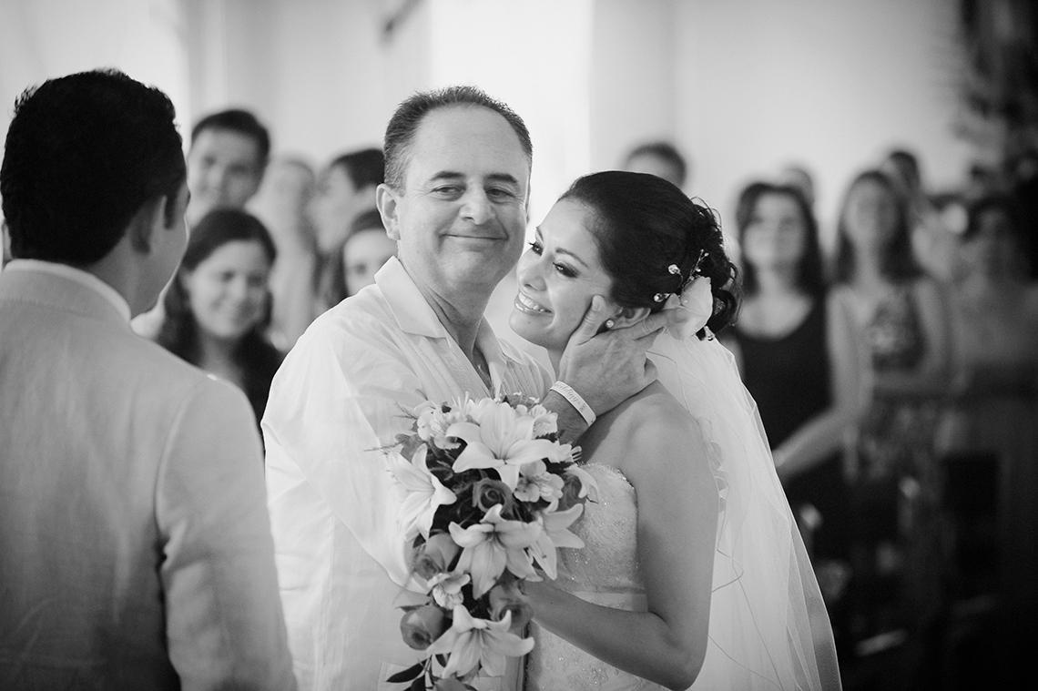 El padre entrega a su hija en el altar. La novia y el novio. Momento emotivo. 5-preguntas-que-hacer-a-fotografo-de-bodas