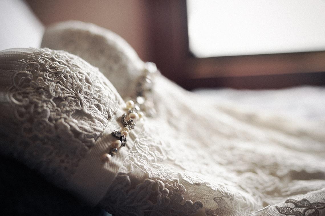 estilos-fotografia-de-bodas. fotoperiodismo de bodas. detalle, preparativos, vestido de la novia