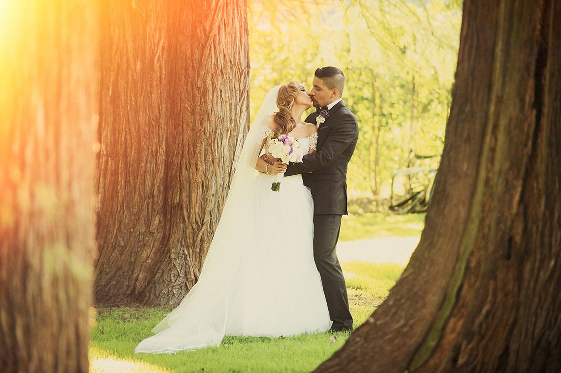 preguntas-a-fotografo-de-bodas. El beso de los novios. Sesion estudio boda.
