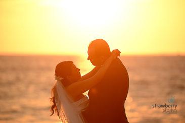 Hermosa boda en Vallarta, un beso en atardecer